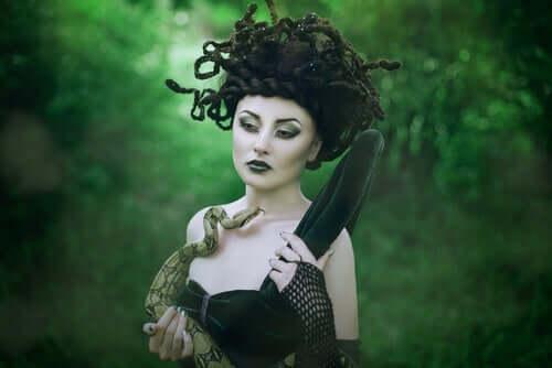 Een vrouw verkleed als Medusa