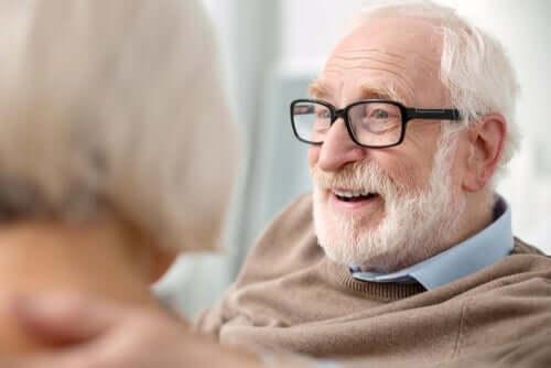 Een lachende oudere man