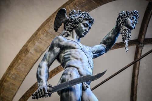 Een beeld van Perseus met het hoofd van Medusa