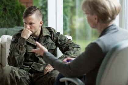 Een soldaat praat met een therapeut