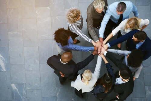 Een groep mensen met de handen op elkaar