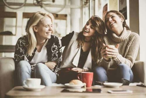Een groep vriendinnen die lachen