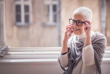 Een lachende vrouw aan de telefoon