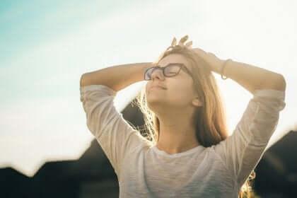 Een vrouw geniet van de zon