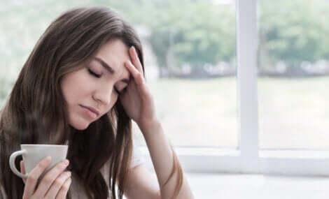 Vrouw denkt na over wat ze allemaal nog moet doen