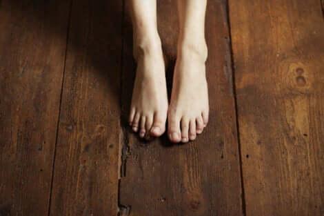 Met je blote voeten op de grond om te aarden