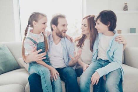 Een gelukkig gezin dat acceptatie en begrip toont