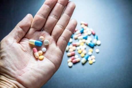 Hand met te veel pillen
