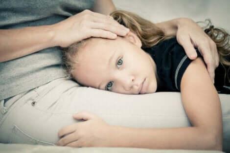 Kind zoekt troost bij haar moeder