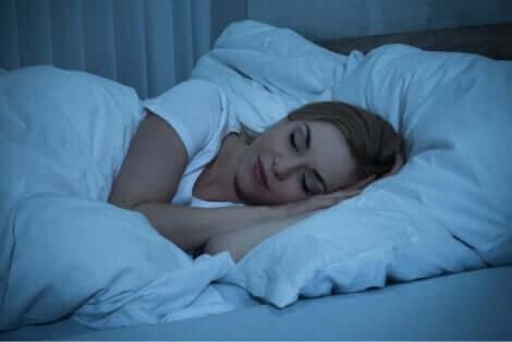 Vrouw slaapt en ervaart de slaapcycli