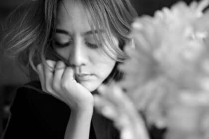 Een verdrietige vrouw met een bloem