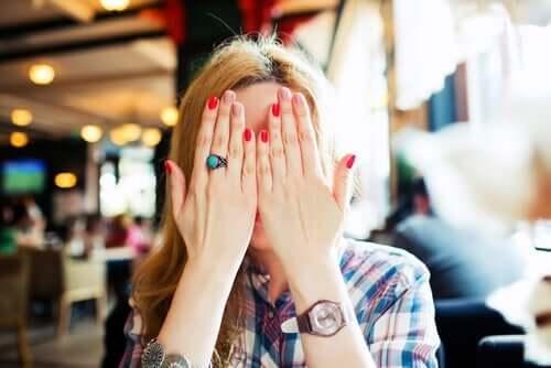 Vrouw verbergt zich uit schaamte of is ze juist trots