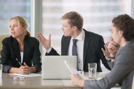 Een discussie tijdens een vergadering