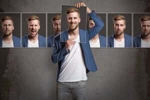 Een man houdt een foto van zichzelf