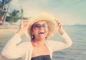 Een lachende vrouw op het strand