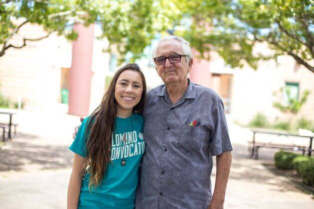 Een oudere man met een jonger meisje