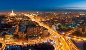 Verlichte autowegen tijdens de avond