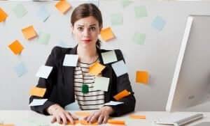 Een vrouw omgeven door sticky notes