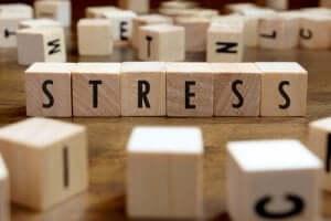 Het woord stress uitgespeld op houten blokken