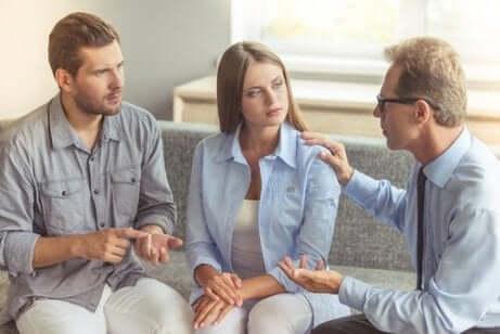 Een man en een vrouw bij een therapeut