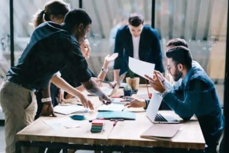 Samenwerken tijdens een vergadering op het werk