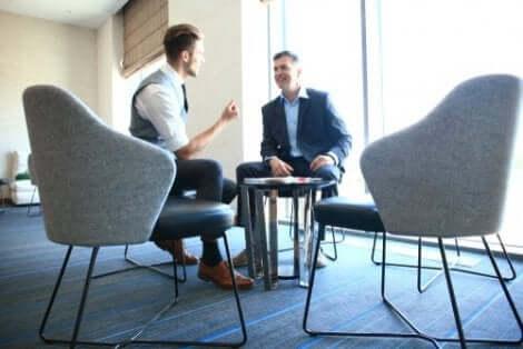 Twee mannen zitten op een kantoor te praten
