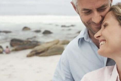 Een verliefd stel op het strand