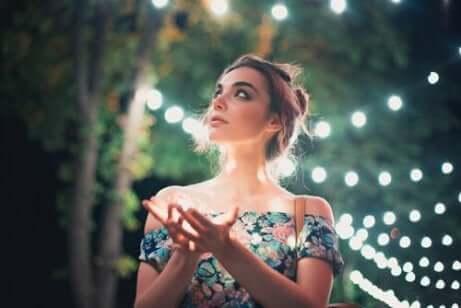 Een vrouw met een achtergrond van lichtjes