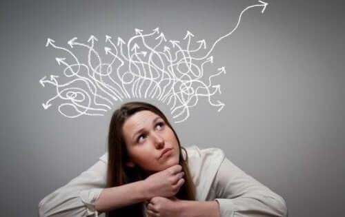 Een vrouw met getekende pijltjes uit haar hoofd