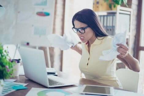 Een vrouw is boos op haar laptop