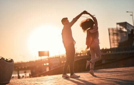 Een dansend stel op het dak