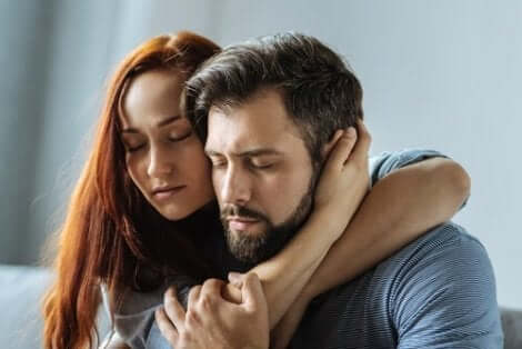 Een vrouw omhelst een man