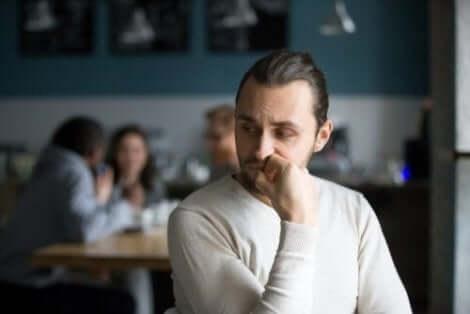 Een man kijkt teleurgesteld opzij