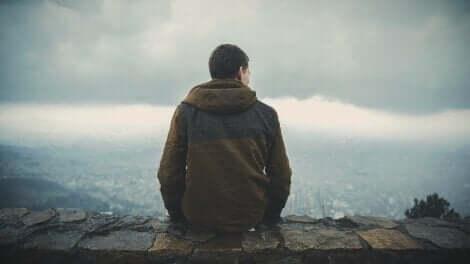 Man denkt na over het leiden van een zinvol leven
