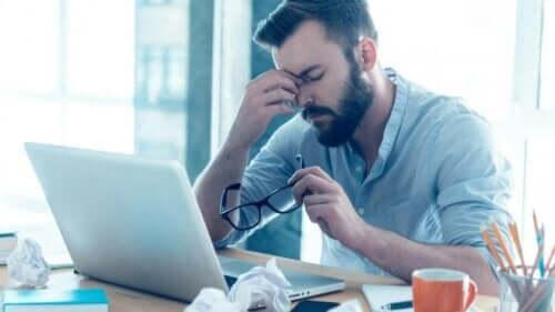 Man achter de computer aan het werk