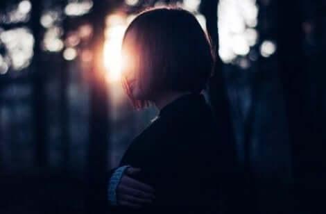 Een vrouw in de nacht in het bos
