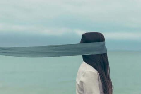 Een vrouw met een lint rond haar hoofd