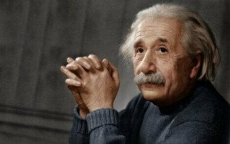 Albert Einstein vouwt zijn handen in elkaar