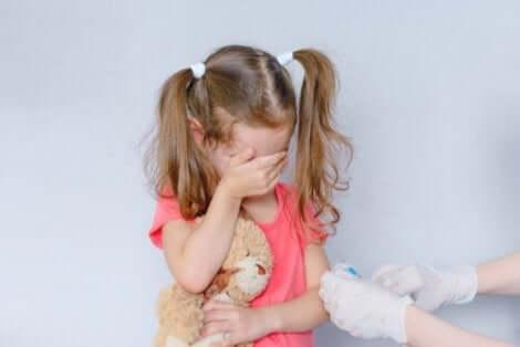 Een meisje huilt als ze een inenting krijgt
