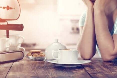 Een vermoeid persoon drinkt koffie