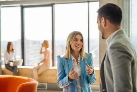 Een man en een vrouw praten met elkaar