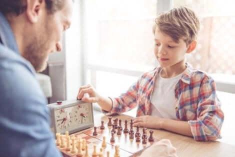 Een jongetje schaakt met zijn vader