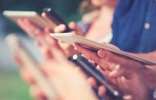 Mensen kijken op het scherm van een tablet