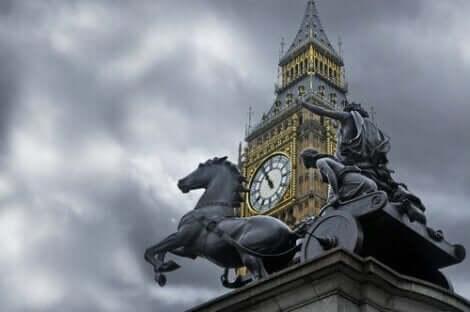Een standbeeld met paarden en parlement in Londen op de achtergrond