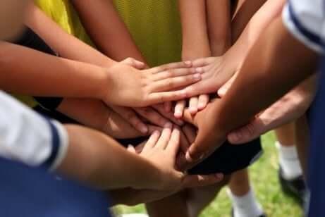 Verschillende handen op elkaar voor het begin van een wedstrijd