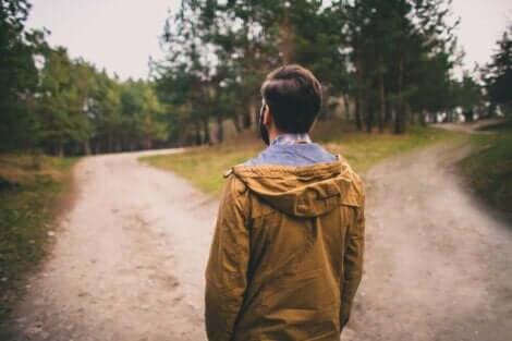 Een man staat op een kruispunt