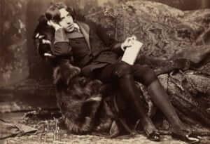 Oscar Wilde zittend in een stoel