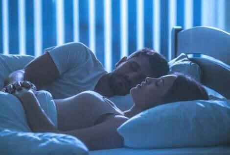 Een man en vrouw liggen in bed en slapen