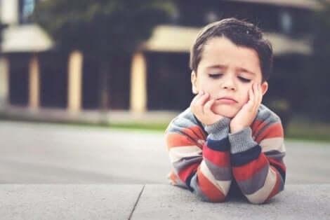 Een jongetje verveelt zich