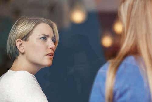 Twee vrouwen zijn in gesprek